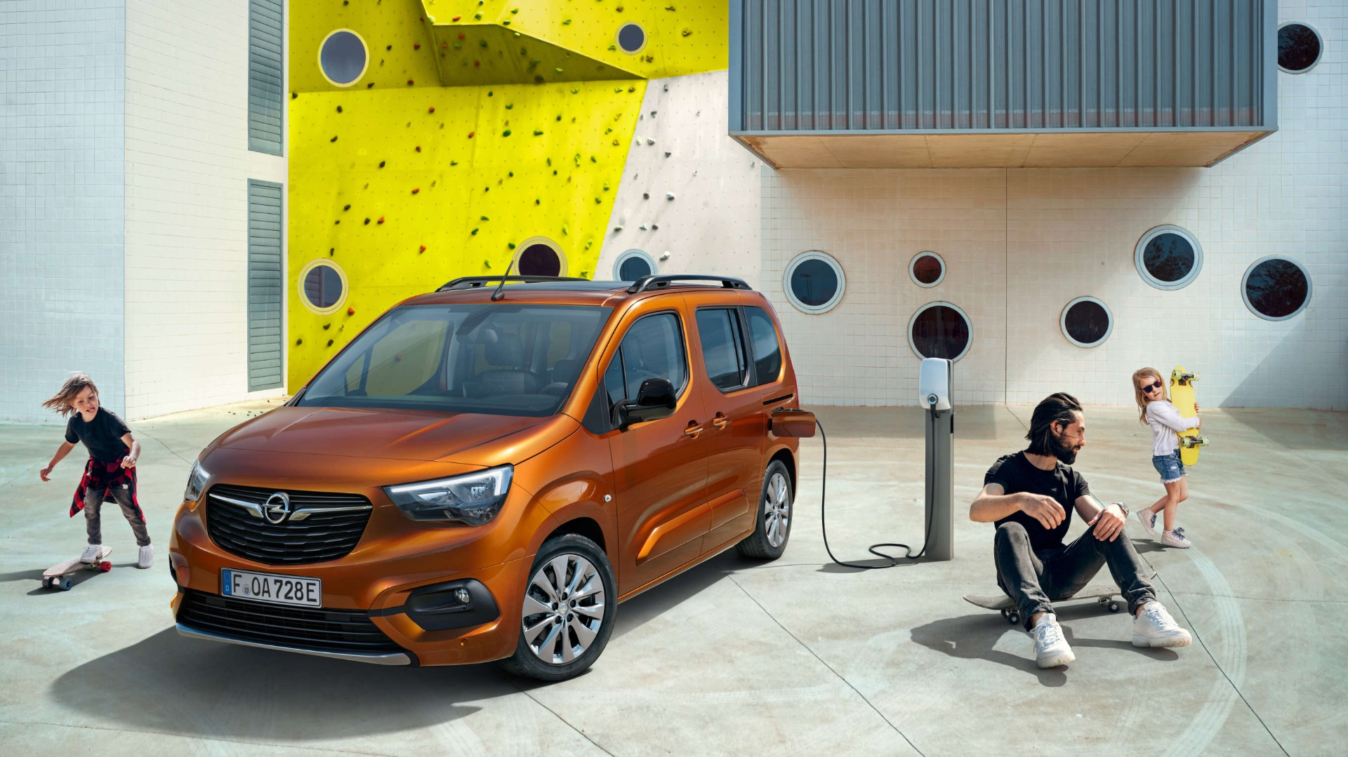 Opel Combo-e Life, навулиці, заряджання, люди