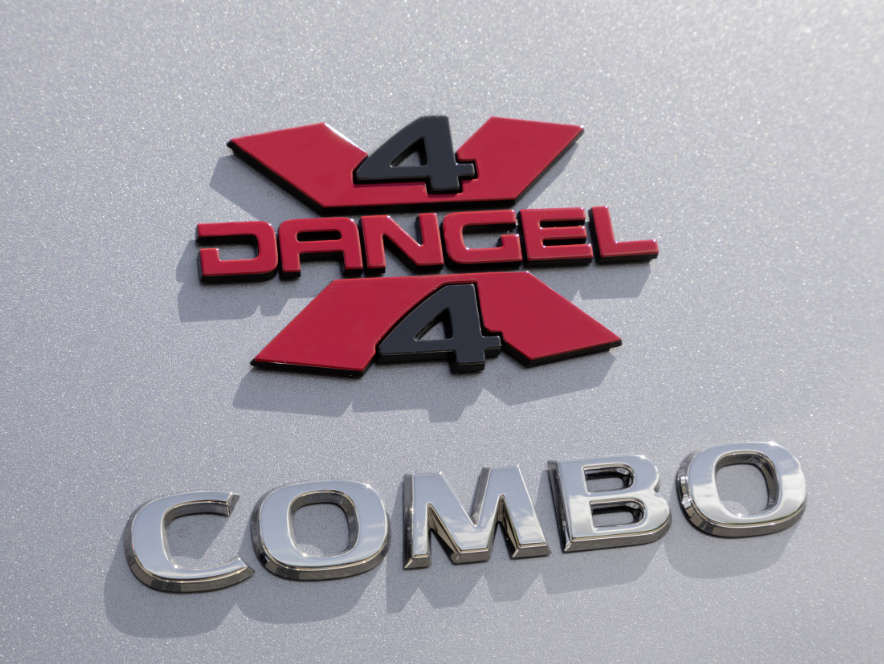 Логотип фірми Dangel на кузові Opel Combo Cargo